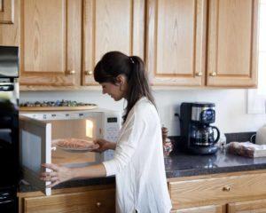 dona de casa usando melhor micro-ondas