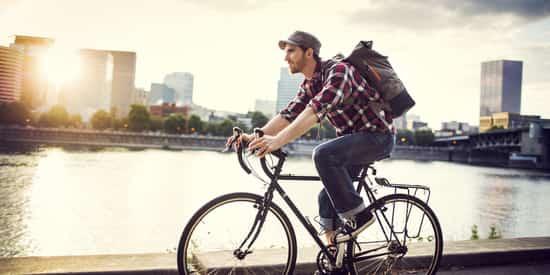 um homem e bicileta em cidade