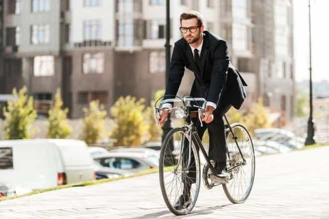 um homem andando em bicicleta para trabalhar