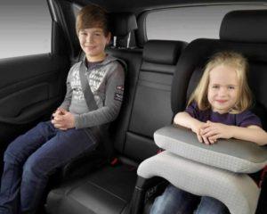 duas crianças de idades diferentes sentadas em Cadeirinhas de carro