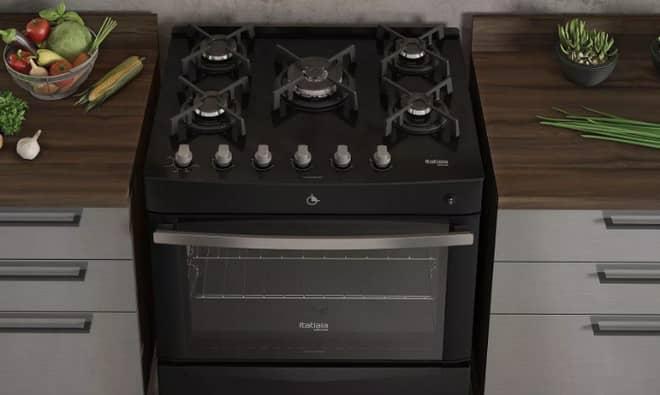 um fogão 5 bocas em cozinha