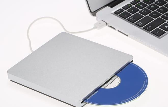 um gravador de DVD contectado com notebook