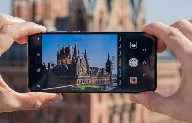 um celular irando fotos