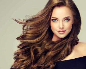 uma mulher loira com cabelo colorido