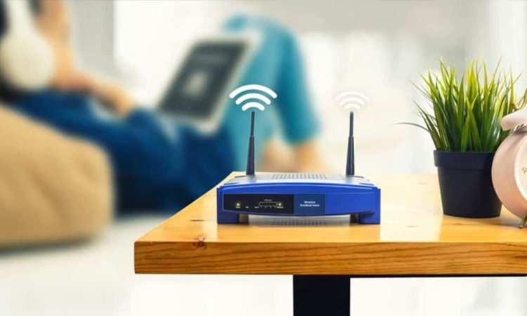 roteador wifi em casa e notebook nevegando internet