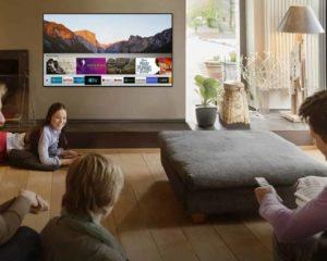 família assistindo smart tv 32 polegadas sala de estar