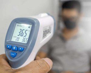 termômetro digital de testa mostrando 36,5 graus centígrados