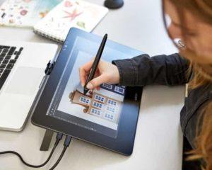 um designer usando mesa digitlizadora