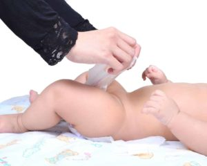 bebê usando Pomada para assadura