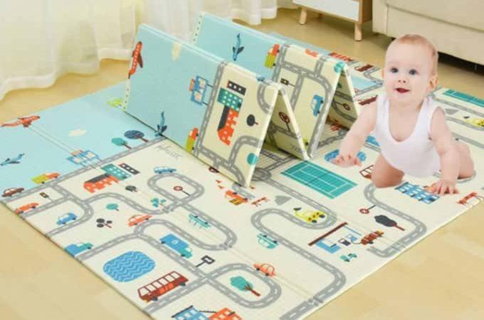 um bebê jogando no tapete infantil