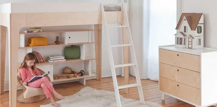 uma cama infatil elevada e menina no chão