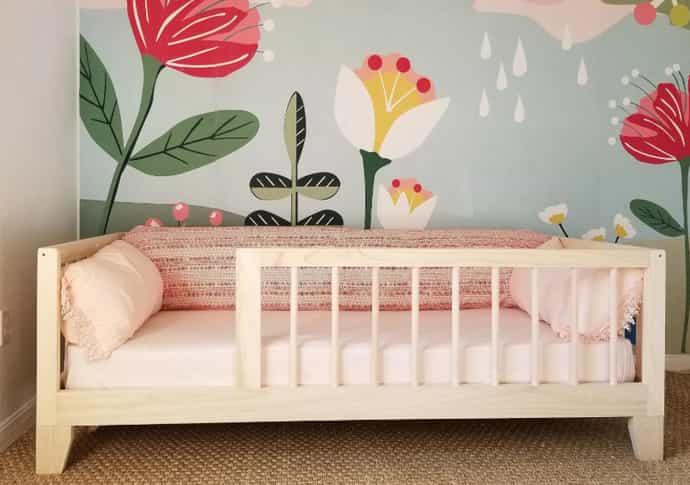 uma cama infantil de solteiro em madeira