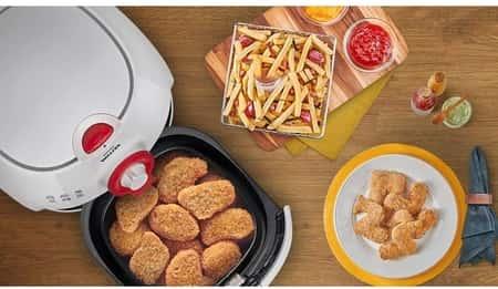 uma mesa com comidas preparadas