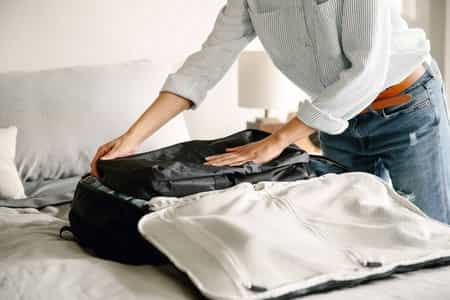 um homem organizando roupas
