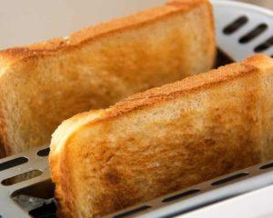 duas fatias de pão na torradeira