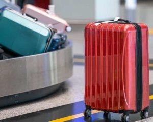 mala de viagem perto de esteira em aeroporto