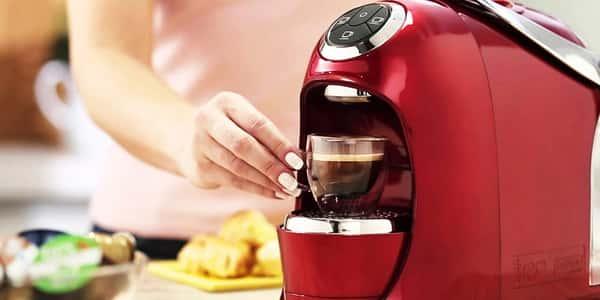 uma pessoa fazendo café com maquina