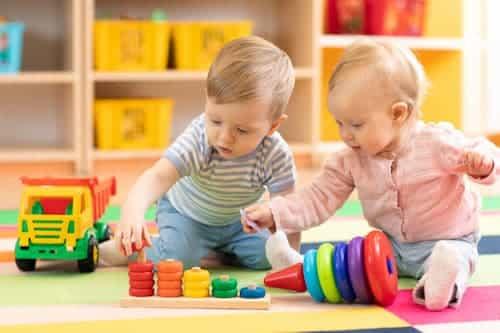 dois bebês brincandos juntos