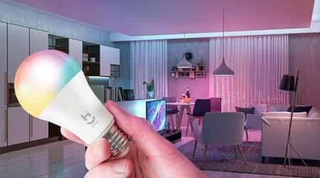 uma lâmpada inteligente em mão e um lar bonito