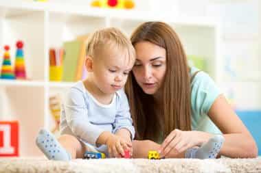 mãe e filho brincando juntos brinquedo em casa