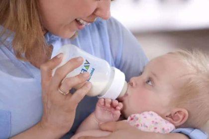 um bebe usando mamadeira Philips Avent