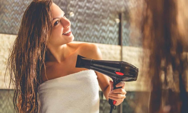 mulher usando secador de cabelo com Fluxo de Ar grande
