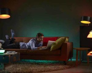 lâmpada inteligente iluminando o lar e homem lendo livro