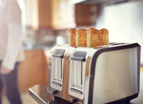 um modelo de torradeira e pães