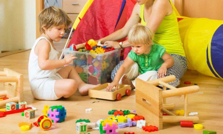 filhos brincando com brinquedos educativos no chão sala de estar