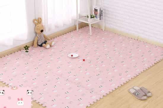 uma tapete rosa grande