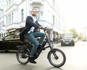 um homem na e-bike