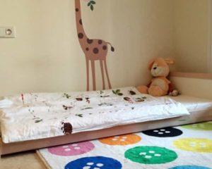 uma cama infantil no chao