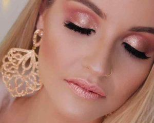 um mulher bonita fazendo maquiagem