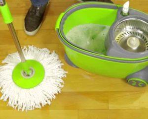 um homem limpando chão com mop giratório flashlimp