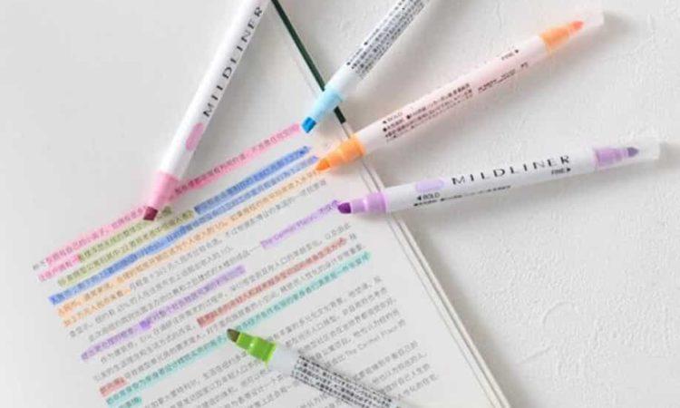 papel e cinco canetas de cores diferentes