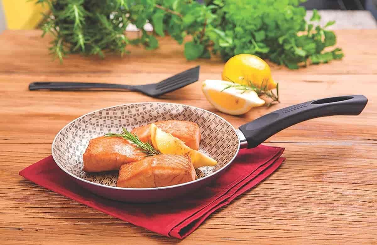 panela com peixe frito na mesa
