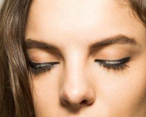 olhos fechados com maquiagem