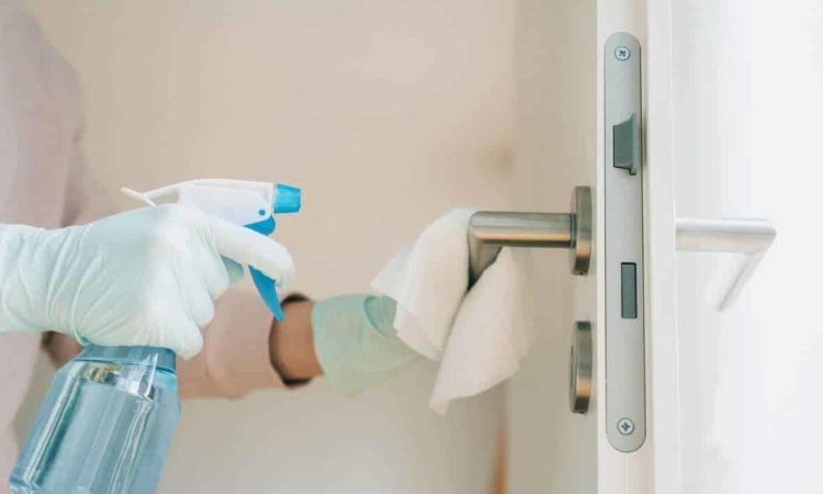 desinfetando maçaneta da casa
