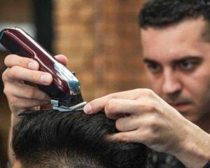um cabeleireiro e homem