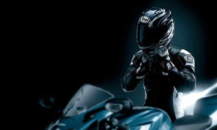 homem e uma motocicleta