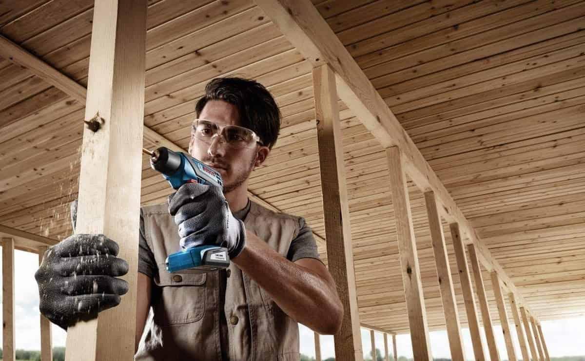 homem trabalhando com ferramenta de construção