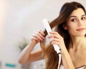 mulher modelando cabelo loiro