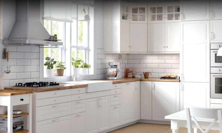 uma cozinha com coifa, geladeira etc