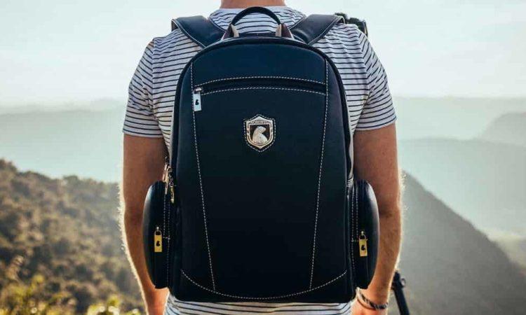 um homem com mochila notebook nas costas