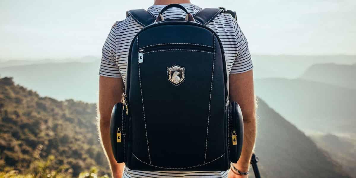 un hombre con una mochila de cuaderno en la espalda