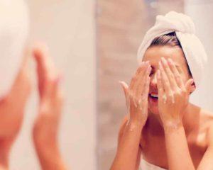 mulher limpeza profunda do rosto com sabonetes