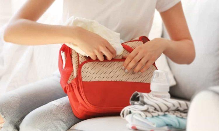 mamãe organizando bolsa maternidade lequeen
