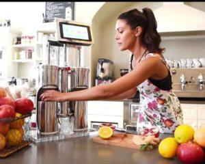 uma cozinha com chefe e frutas, sucos