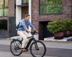 uma pessoa andando na cidade de e-bike