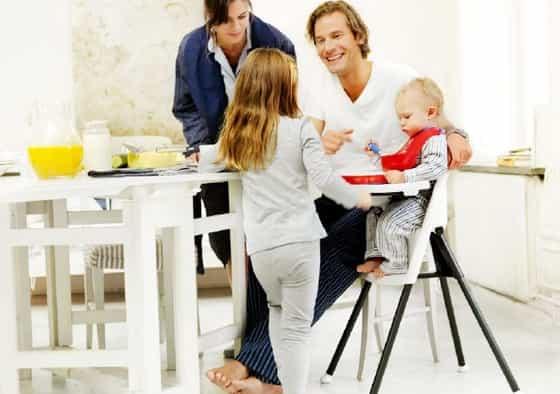 paipai alimentando filho na cadeira